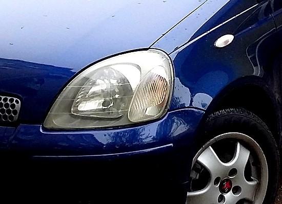 Błyszcząca maska samochodu po glinkowaniu